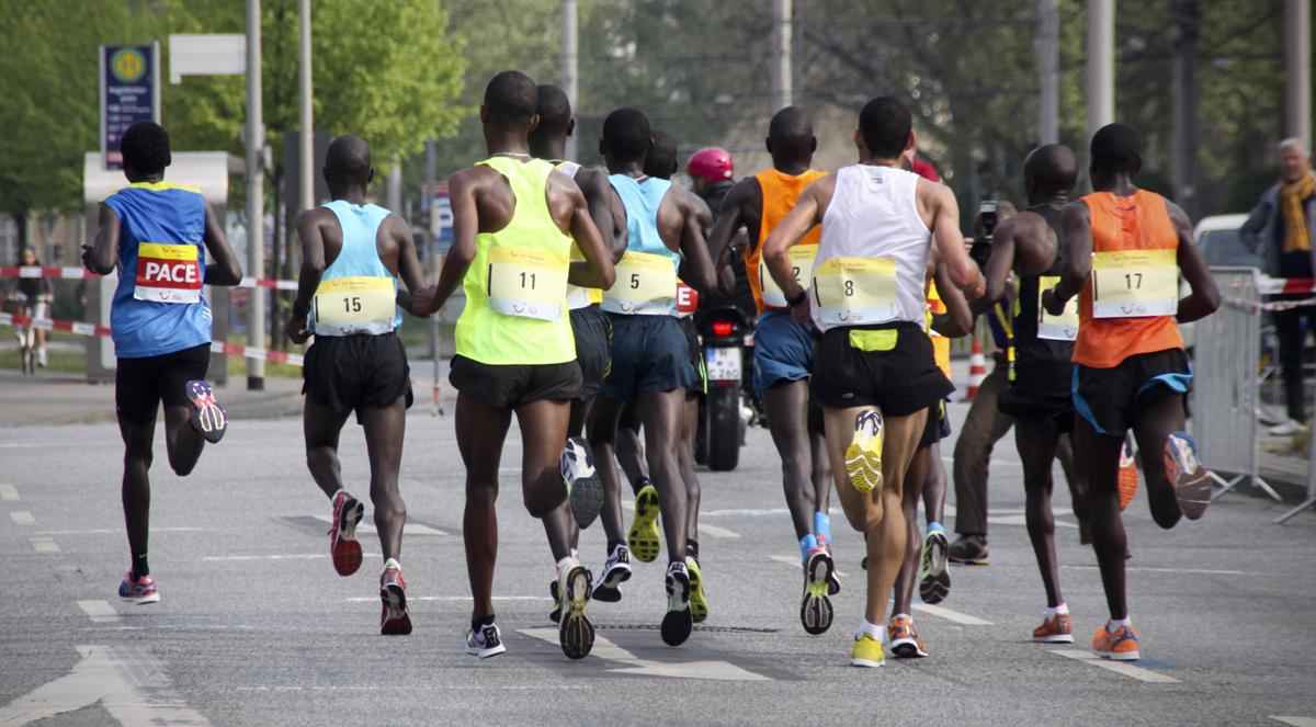 Favoritengruppe um den Kenianer Henry Kipsigei Chirchir