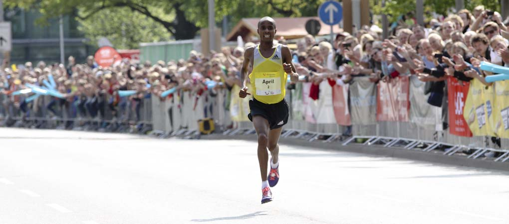 Lusapho April beim Zieleinlauf beim TUI Marathon Hannover